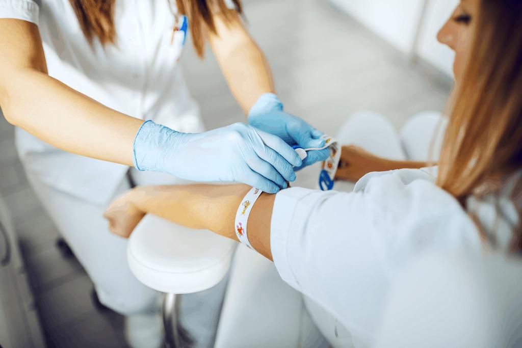 doctor doing blood sampling analisi cliniche caserta esami del sangue